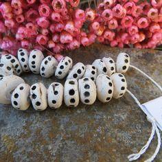 Reserve.. do.. 20 perles disques °°createur°° ..ethnique.. primitive .. archaique.. ceramique moo.. ivoire.. unique et fait main..