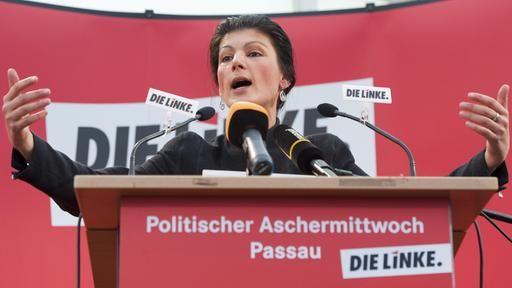 Linksfraktion-Chefin Wagenknecht will AfD-Protestwähler für ihre Partei gewinnen. Ihre Strategie ist in der Partei aber heftig umstritten. Wagenknecht spiele mit ihrem Populismus den Rechten in die Hände, heißt es. Von Patrick Gensing.
