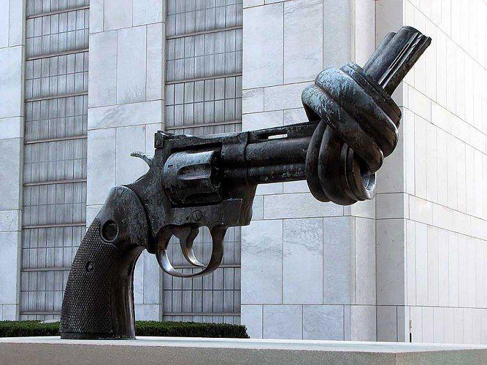 Мы против насилия, Нью-Йорк, США.Необычный памятник в виде револьвера, установлен возле штаб квартиры ООН в Нью-Йорке.