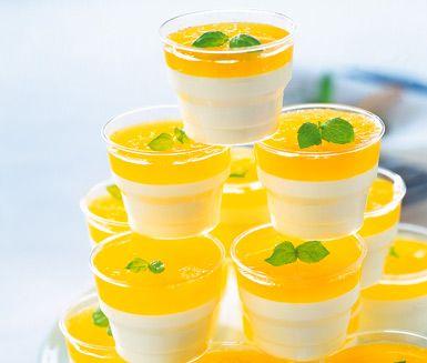 Klassisk italiensk dessert. Mäktig vaniljpannacotta med ett härligt täcke av fruktig passionsfruktsjuice. Ett både gott och trevligt sätt att avsluta en middagsbjudning.