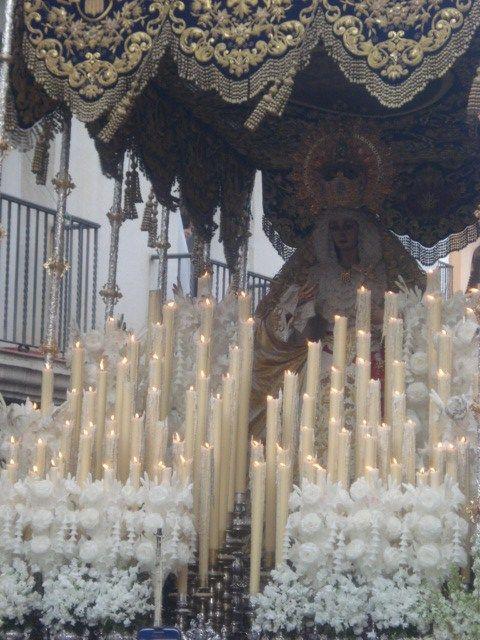 L 6ª F. Lunes Santo / Merced. Fundación: 1954. Parroquia de San Antonio de Padua. VENERABLE E ILUSTRE  HERMANDAD DEL SANTÍSIMO SACRAMENTO Y COFRADÍA DE NAZARENOS DE NUESTRO PADRE JESÚS HUMILDE EN LA CORONACIÓN DE ESPINAS NUESTRA MADRE Y SEÑORA SANTA MARÍA DE LA MERCED Y SAN ANTONIO DE PADUA. Nuestra Señora de la Merced, es obra de Francisco Buiza Fernández, ejecutada en el año 1.976.