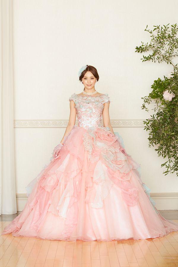 A Liliale 蛯原友里  ID  EBI0047 PINK  RENTAL_PRICE  ¥280,000  COMMENT  花嫁のかけがえのないよろこびを、様々なフリルで表現した一着。観る人にハッピーオーラを振りまく豪華なデザインです。カラーも優しく女性らしいイエローとピンク。どちらも可憐な色合いで、暖色系のカラードレスをお好みの方にお勧めです。ブラウスは2ウェイスタイルで、ベアトップにして印象を替えることも可能。