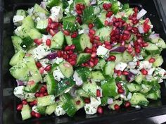 Skøn, saftig og sprød Agurkesalat med feta som kan spises alene eller sammen med røget fisk. Den smager fantastisk og de farver der er i denne salat bliver man da glad i låget af. Den er super nem at lave og har få ingredienser, men meget stor smag. Så hvis du er pjattet med feta så er denne Agurkesalat med feta lige noget for dig. Kalorieindholdet i en portion Agurkesalat med feta er 201 Kcal. fordelt på 12,2 g protein, 13,2 g kulhydrat og 10,2 g fedt