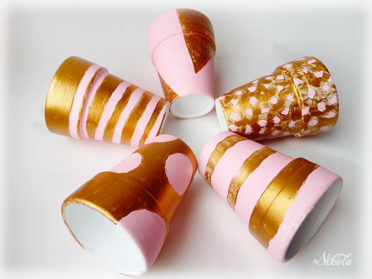 Zgrabne, ręcznie malowane doniczki ceramiczne.