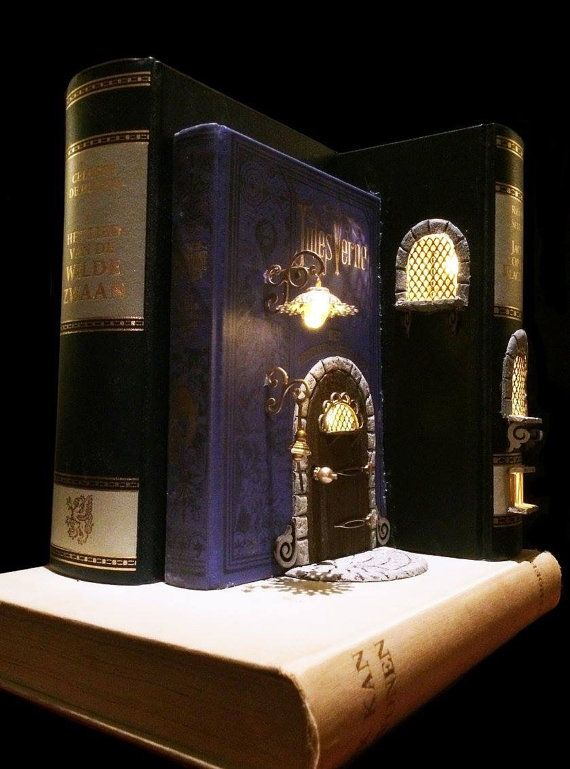 Elfenhuisje van oude boeken.  De boeken zijn uitgehold en voorzien van ledverlichting op batterijen.  De voordeur zit in het boek Het geheimzinnige eiland van Jules Verne.  Vanwege de kwetsbaarheid verzend ik het niet graag. U kunt het het beste zelf ophalen in Apeldoorn of Nunspeet.