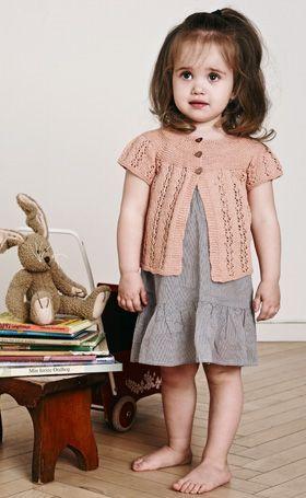 Den pudderfarvede lille trøje med hulmønster og rundt bærestykke er rigtig fin