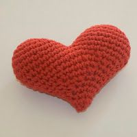Corazón 3D Amigurumi - Patrón Gratis en Español aquí: http://lanaynay.blogspot.com.ar/search/label/Patr%C3%B3n%20gratis-%20Free%20pattern-%20Coraz%C3%B3n%20amigurumi%20crochet%20tejido