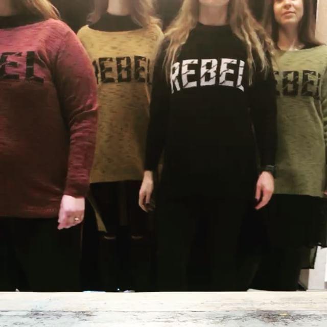 REBEL 👊🏻 #knitsforall •• πλεκτά #matfashion : η πιο cozy επιλογή για ΟΛΕΣ τις γυναίκες στις απόλυτες τάσεις της μόδας! #girlsquad