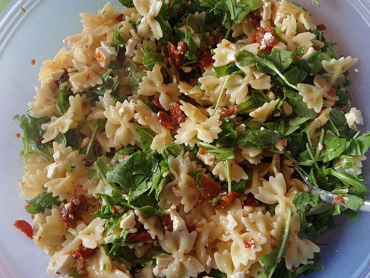 Mediterraner Nudelsalat mit getrockneten Tomaten und Pinienkernen (Rezept mit Bild) | Chefkoch.de