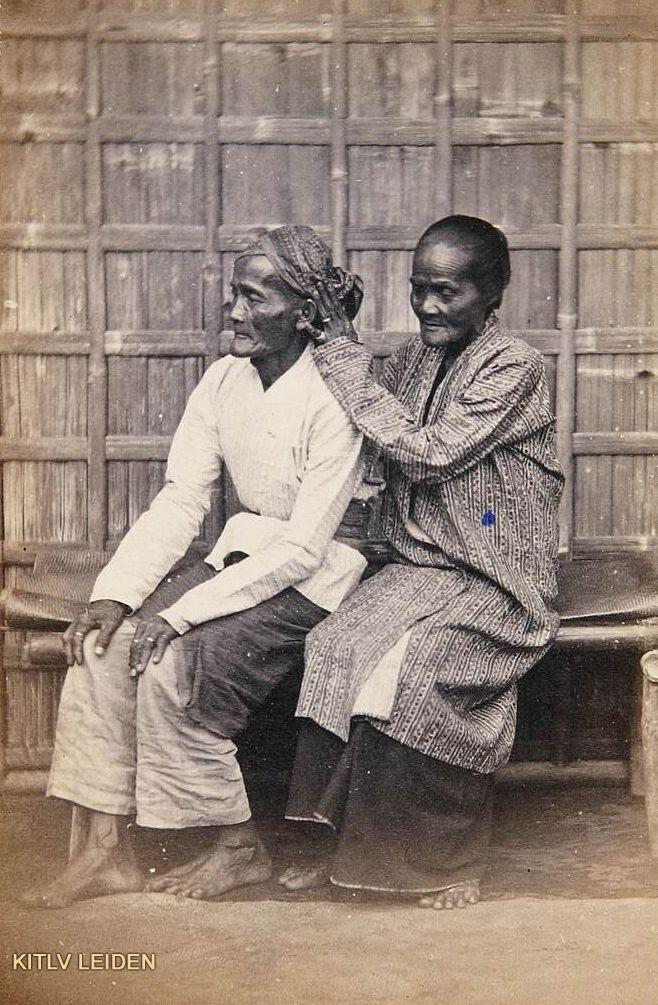 Indonesia vintage ~Java ~ Oud echtpaar te Batavia, van wie de vrouw...