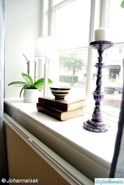 Hur snyggt är det inte att använda fönstret som bokhylla?