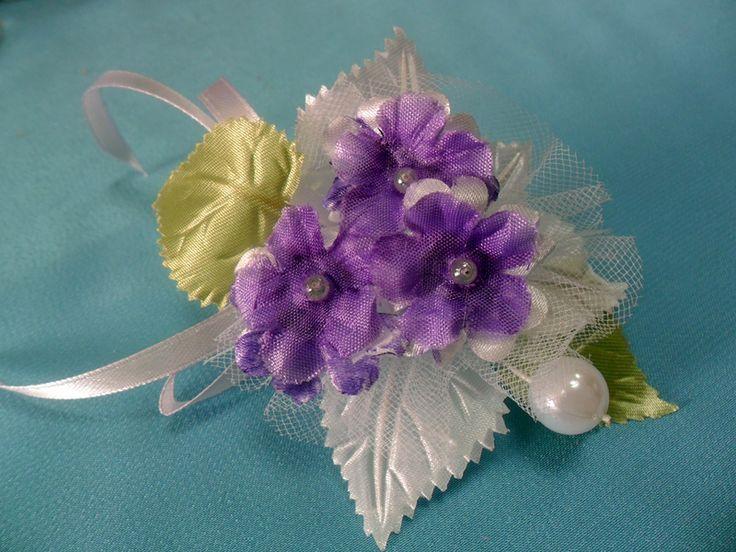 Бутоньерка жениха для свадьбы с фиалками.