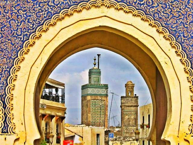 Admirez la beauté d'une porte aussi vieille que la ville de Fès!