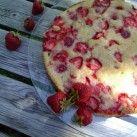Somrig kladdkaka som smakar jordgubbar med vaniljsås