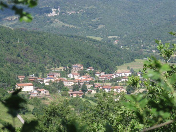 Dal castello di Lisciano si domina la vallata che ospita il paese vero e proprio di Lisciano Niccone, posto proprio difronte a Mercatale.  Fra i due paesi passa il confine fra l'Umbria e la Toscana. Sullo sfondo, adagiato sul versante orientale del Monte Maestrino, si intravede il Castello di Pierle.