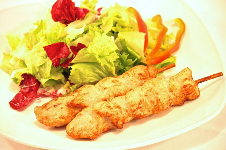 """"""" Menù Brochette de Pollo """"  € 13,00.- ( 2 Spiedini di Pollo alla Griglia con insalata fresca + 1/2 L. Acqua Minerale )"""