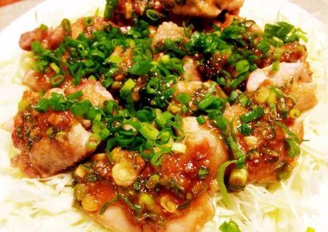 ほっとする味噌の味付け 寒くなってくると、さっぱりした味付けよりも、こっくりしたものが食べたくなってきませんか?そこで今回は、ほっとする味付けができる「味噌」を使ったおかずを1品紹介しちゃいます。フライパンでOK 今回は、鶏もも肉をチョイス。フライパンで作ることができて、見た目も映える「ネギ味噌チキン」を紹介します!味噌にみりんや砂糖を混ぜた絶妙な甘さが、ついつい後を引いてしまう旨さに!