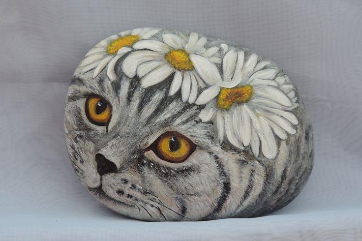 Кошка с ромашками(роспись камня акриловыми красками)