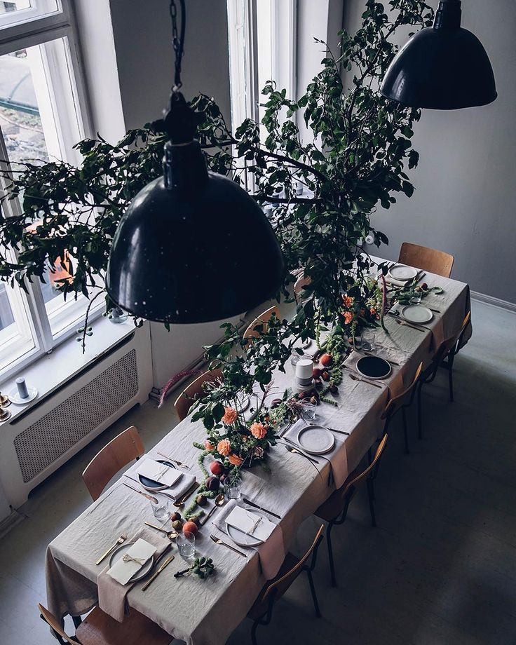 Dinner table styling with linen and flower decorations.