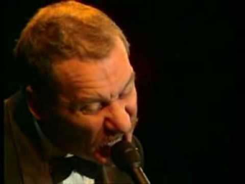 ▶ Sotto le stelle del jazz - Paolo Conte - YouTube pochi capivano il jazz - soprattutto se battono le mani sui tempi sbagliati!