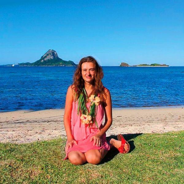 Хто з нас не мріяв мати свій особистий безлюдний острів? Віола Новосьолова, бізнесвумен з Пермі, зуміла здійснити цю мрію: вона орендувала на острів Фіджі на 99 років, та не простий, а тієї самий, на якому знімали культовий фільм «Блакитна лагуна». 1. Історія Віоли п�