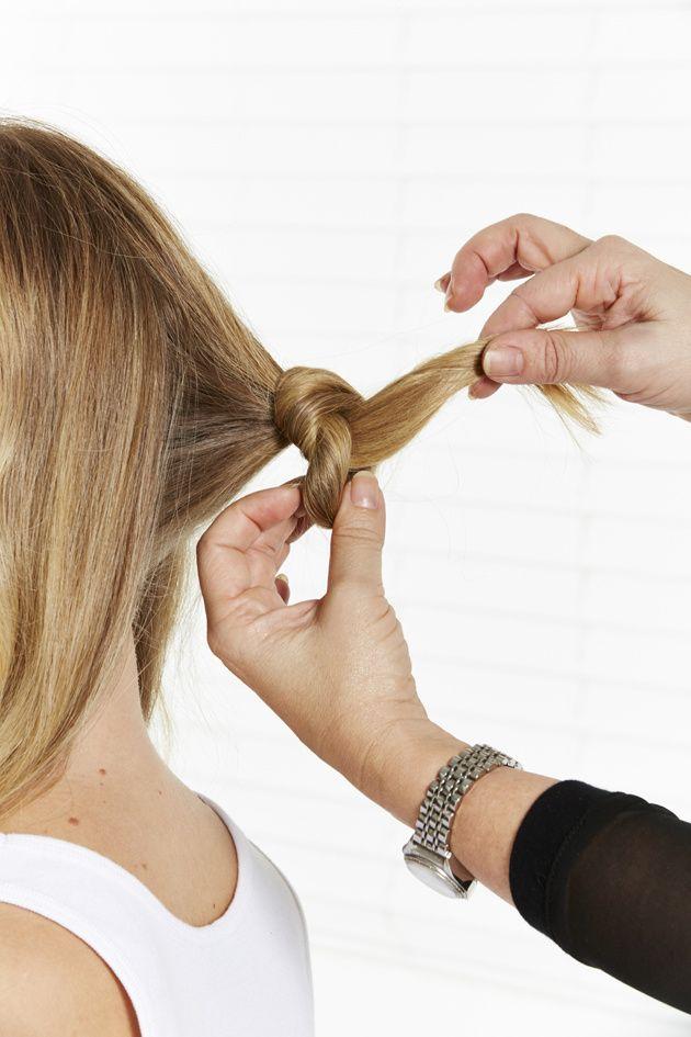 Passo 1 -Na parte de trás da cabeça, apanhe uma pequena quantidade de cabelo e faça um nó.
