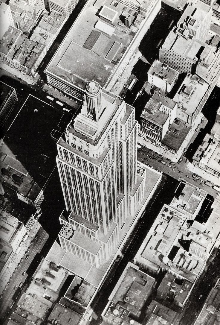 "Aerial view of the Empire State Building (Shreve, Lamb & Harmon, 1931), in May, 1931. Photo: Unknown. Source: Ric Burns, James Sanders, Lisa Ades, ""New York, an Illustrated History"". (New York, Alfred A. Knopf, 1999)."