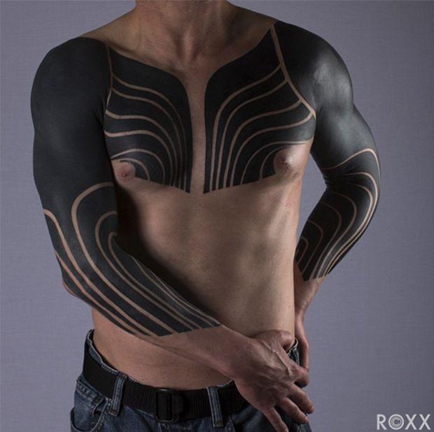 A técnica chamada Blackout Tattoo caiu no gosto de vários artistas que preenchem grandes áreas da pele transformando completamente o corpo com tinta preta.