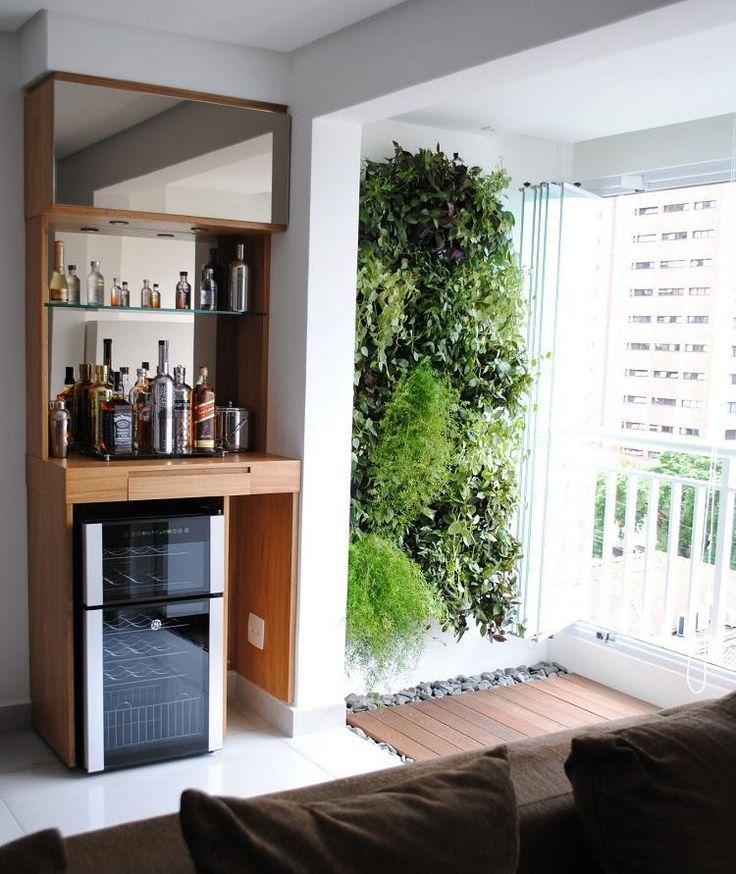 mur végétal et revêtement de sol en bois composite sur le petit balcon