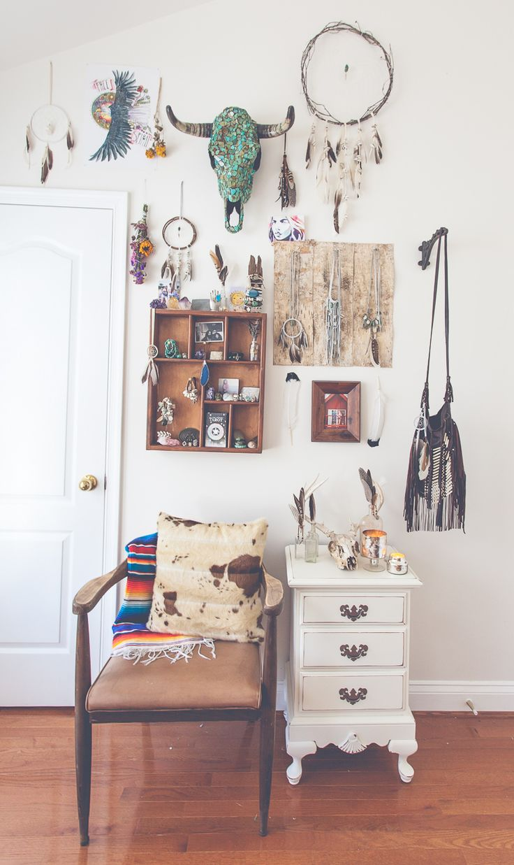 best  hipster room decor ideas on pinterest  hipster dorm  - dressing 'room' bohemian bedroom decoration idea with skulls animal oxbones trinkets boxes gold jewelry dream catchers feathers tribal aztecdesign and