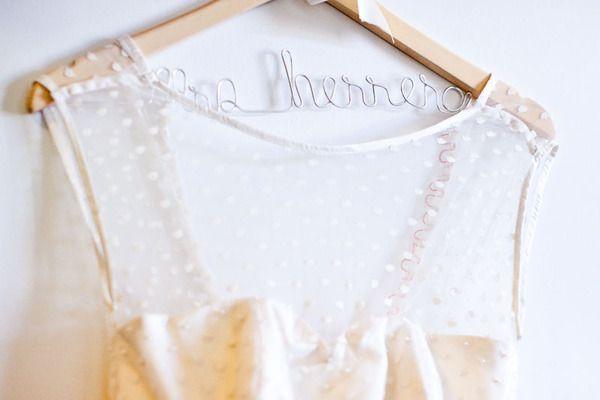 Во время сборов невесты можно сделать массы интересных кадров, чтобы разнообразить съемку используйте интересные аксессуары. Например, красиво оформленная вешалка для свадебного платья будет отлично смотреться на фото.