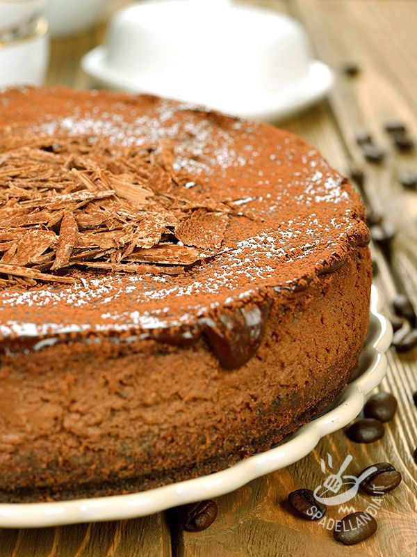 Una torta per fare il pieno di serotonina e riattivare le energie addormentate: è la Torta con cioccolato e caffè, buona e scenografica! #tortaalcioccolato #tortaalcaffè
