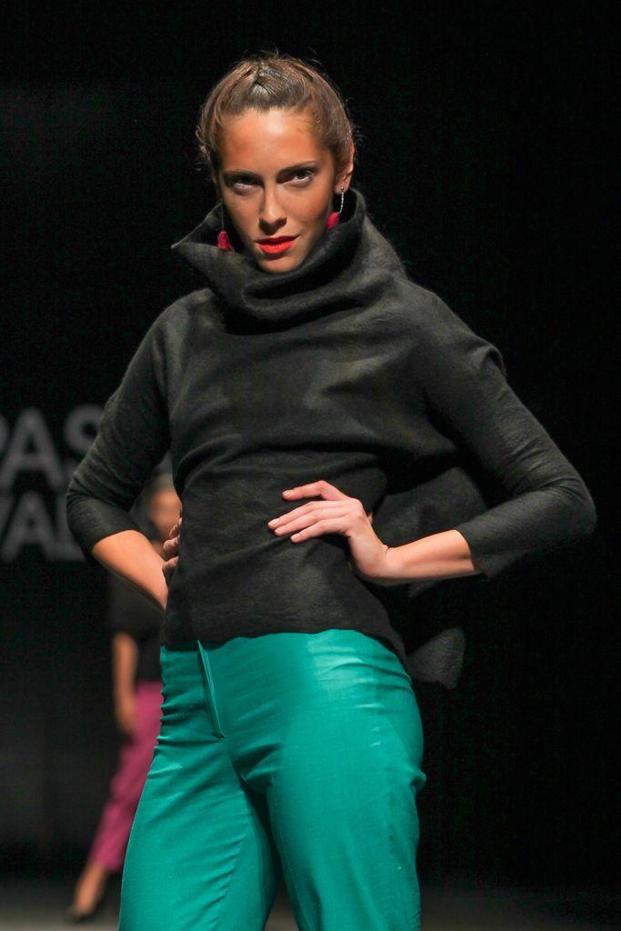 Fieltro merino, una pieza, sin costuras, gran cuello texturas en mohair. Aros chilca. Pantalón de lino.