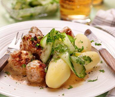 Köttbullar med gräddsås är en riktig husmansklassiker. Dessa köttbullar får en extra touch då citronskal och timjan blandas ned i färsen som först stekts gyllenbruna i en stekpanna och sedan får sjuda i den gräddiga såsen. Som tillbehör serveras gurka i lag och nykokt potatis.