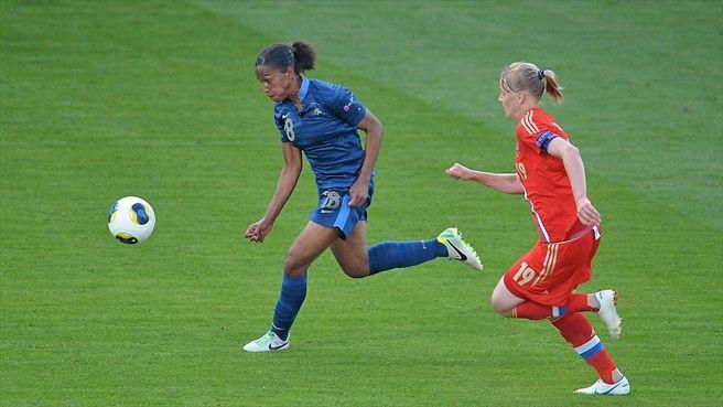 Marie-Laure Delie face à une joueuse russe lors du match France/Russie, le 12 juillet 2013.