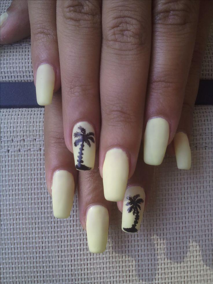 Ricostruzione unghie in gel giallo chiaro con decorazione estiva.