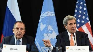 """Image copyright                  AFP                  Image caption                     El ministro de Relaciones Exteriores ruso, Sergéi Lavrov, y el secretario de Estado de EE.UU., John Kerry, en el anuncio del acuerdo de cese al fuego en Siria.   """"A veces me pregunto si estamos en 2016 o en 1962"""". Con esas palabras, el primer ministro ruso, Dmitri Medvédev, señaló ante más de un centenar de ministros y jefes de Estado que el mundo se ha"""