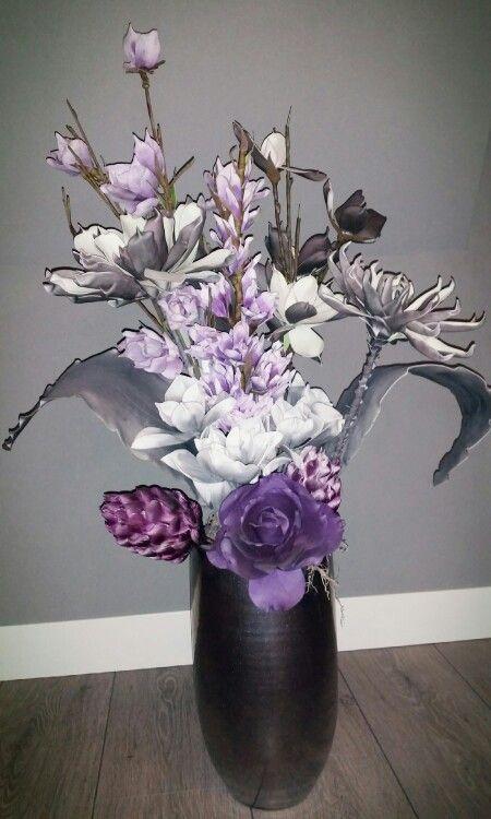 Foambloemstuk met paars / grijze bloemen en decoratie takken in een grote vaas. Makkelijk om te maken en staat ontzettend mooi in een woonkamer, slaapkamer of ruime gang / overloop.