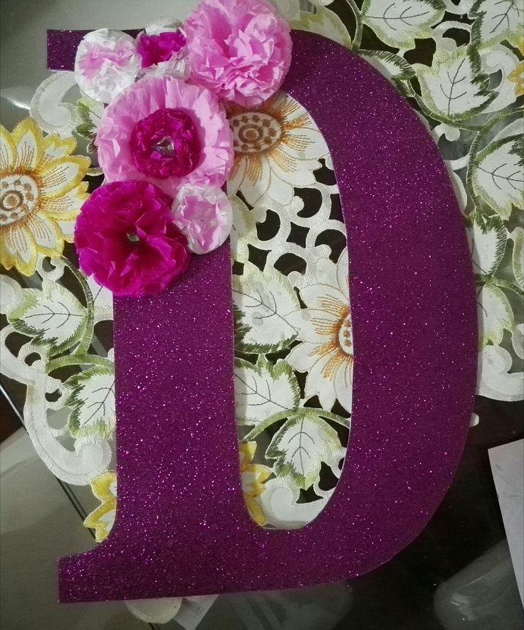 Letra hecha en foami con flores en papel crepé.