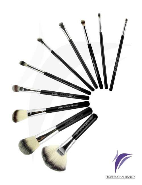 Kit de Pinceles Italianos x10: Kit completo de brochas profesionales que facilitan la correcta aplicación del maquillaje a los profesionales. Elaborados a mano con materiales de alta calidad, fibras naturales, mangos en madera y refuerzos de metal niquelado. Contiene 10 pinceles.