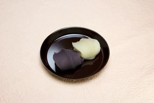 和菓子老舗の赤福(三重県伊勢市)は、江戸時代後期から明治時代末期にかけて黒砂糖を使ってつくられていた赤福餅をイメージした復刻版と、白小豆を使った白あんの赤福餅を、4月に同市で開幕する全国菓子大博覧会…