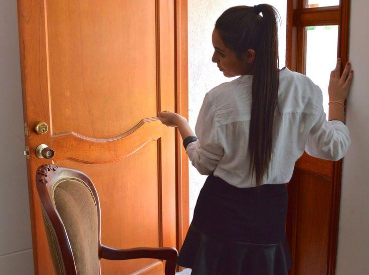 Espalda, camisa blanca manga larga + falda negra.