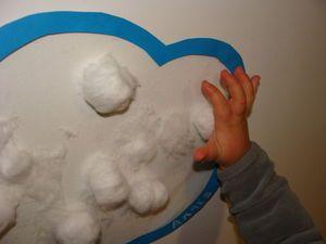 Du film collant pour livre et du coton, et voici un nuage plein de neige douce