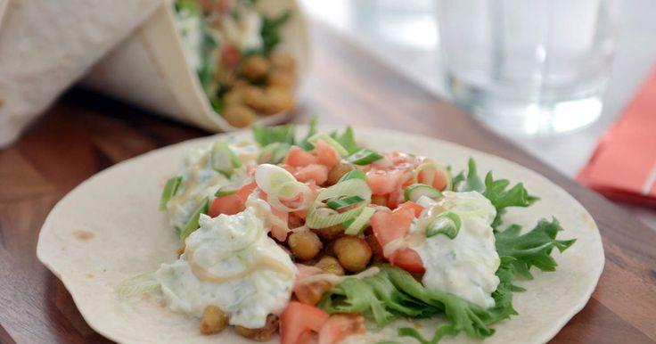 """""""Måndagsfalafel"""" -kikärtor som steks med kryddor. Serveras här i wraps tillsammans med tzatziki, tahinidressing och krispig sallad."""
