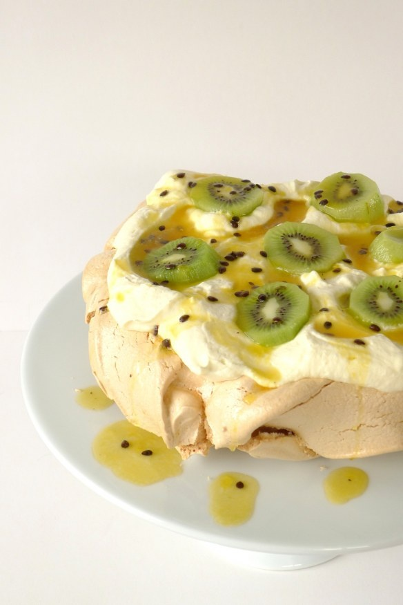 Pavlova with kiwi and passionfruit as it should be