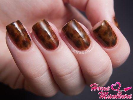 пятнистый коричневый дизайн ногтей