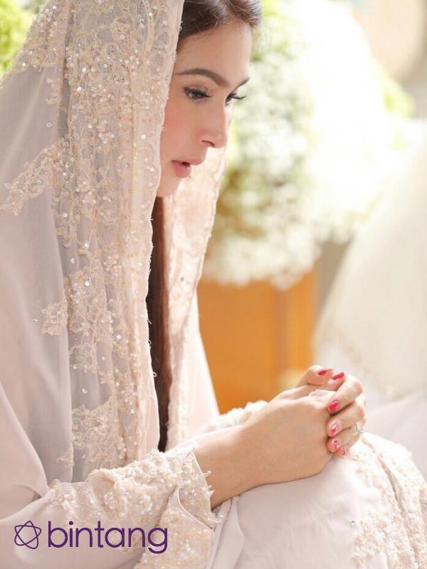 Pernikahan Nabila Syakieb dan kekasih,  Reshwara Argya Radinal hanya tinggal menghitung hari. Sebelum hari spesial itu datang, Nabila Syakieb dan keluarga mengadakan acara pengajian dan siraman. Nabila Syakieb si calon pengantin sendiri terlihat sangat cantik dengan kerudung yang menutup kepalanya. Ia pun sangat khusyuk dalam memanjatkan doa untuk pernikahannya yang sudah di depan mata tersebut.  #NabilaSyakieb #Aktris #Pengajian #Bintang #Indonesia