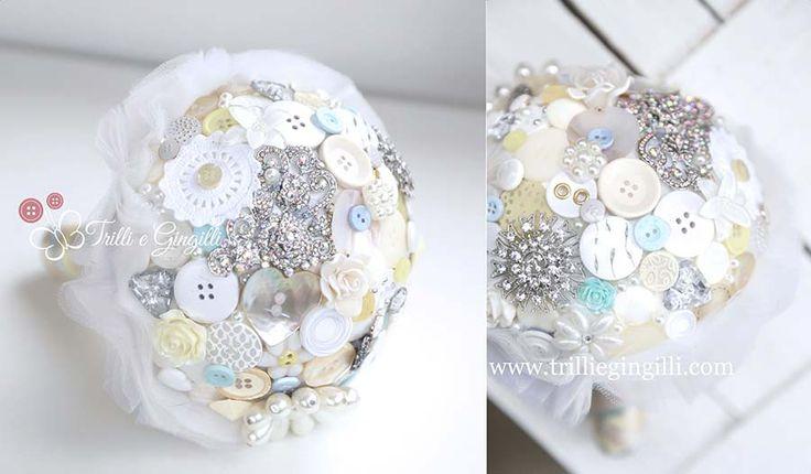 Bouquet gioiello da sposa bianco con bottoni e strass. Per un matrimonio creativo e alternativo! Jewelery bouquet with white buttons for alternative wedding. Vuoi vederne altri? Vai su http://www.trilliegingilli.com/modelli-foto-tipi-bouquet-realizzo/bouquet-gioiello/