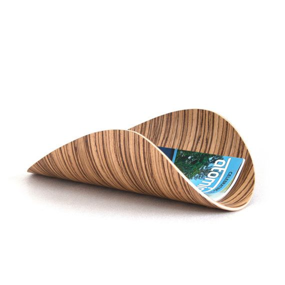 Le peuplier faux-tremble plié contreplaqué porte revues met en valeur la beauté naturelle du bois de noyer avec un balayage aspen leaf design inspiré. Chaque rack fait par application de la colle à chaque couche de placage de bois, de flexion et de pressage à la forme, puis à la main ponçage et de finition polyuréthanne frotté sur. Parfait comme un porte revues, porte journal ou plateau de fourre-tout. Chacun est one-of-a-kind et aura son propre grain unique et couleur.  PLUS DE DÉTAILS…