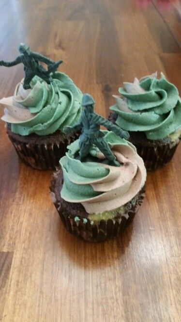 Army man camouflage cupcakes